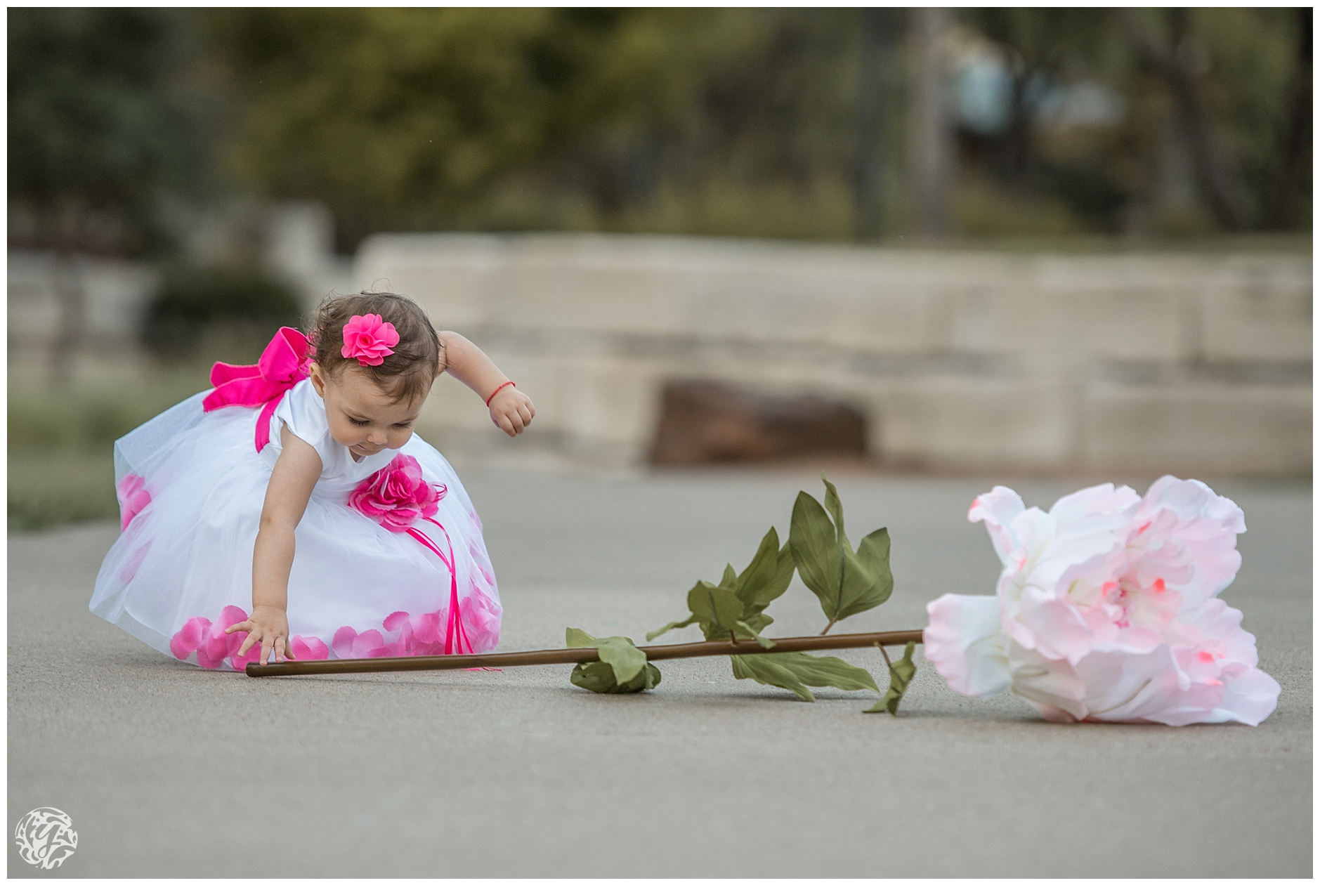 1 year photo session - girl with flower-7842.jpg
