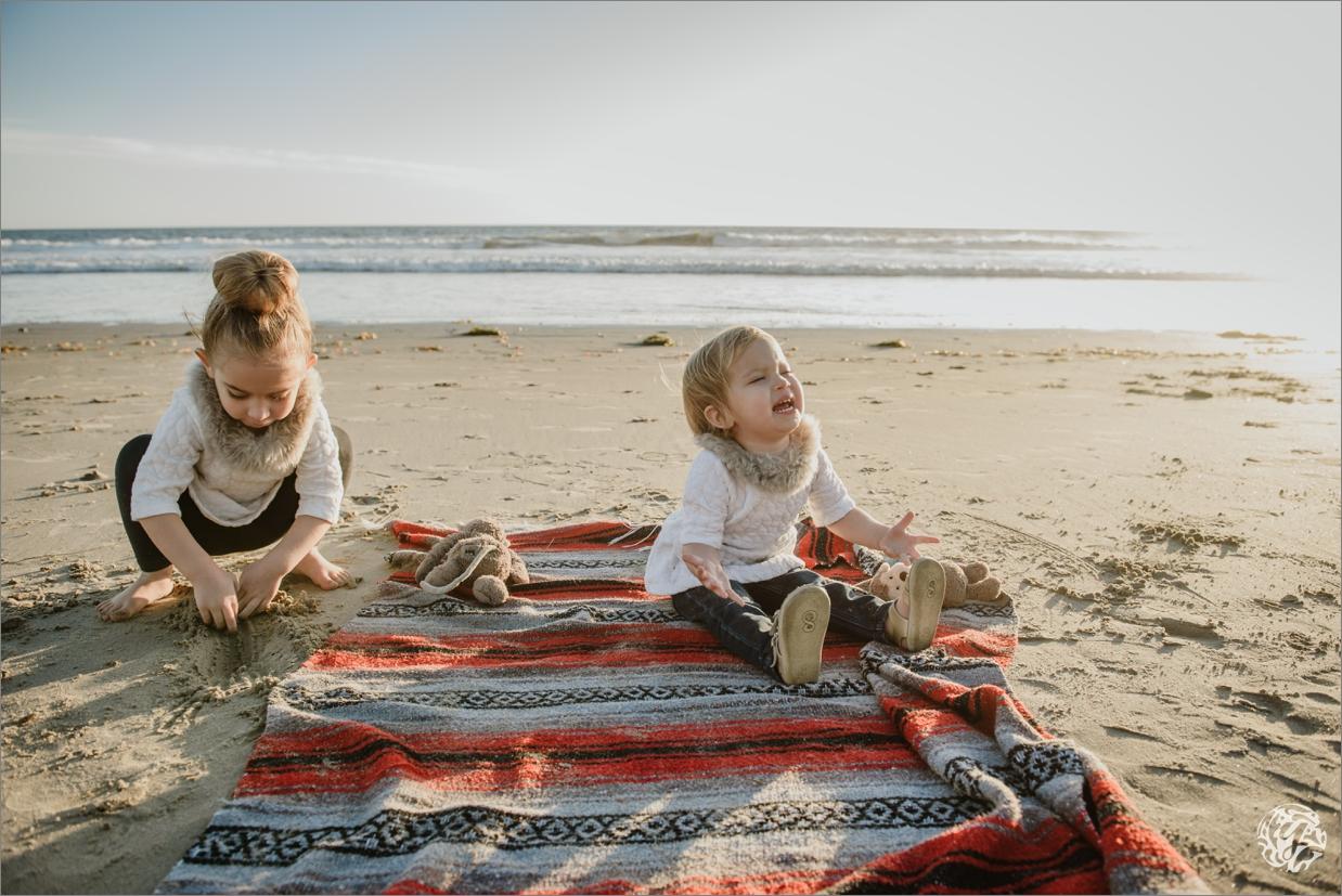 funny photo of baby sisters on the beach - Yana's Photos - Malibu Beach Photographer .jpg